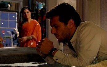 Raj decide ir para Dubai - Ele diz a Maya que está incomodado com a desconfiança de Ramiro e Cadore e que vai a Dubai esclarecer o mistério da conta de Raul.