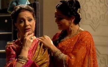 Indira reclama que Maya e Raj não estão junto com a família - A indiana avisa que todos estão tomando o tchai.