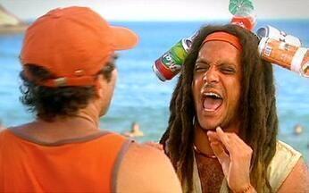 Domingo é dia de ir à praia! - Lúcio Mauro Filho é vendedor de tudo na praia. Um casal chega na praia querendo relaxar, mas o vendedor não deixa. Ele faz todo tipo de oferta, de comida a teste de gravidez.