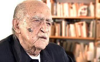 Oscar Niemeyer: autoexílio se torna fase de importantes realizações - Com o golpe de 64, Niemeyer passou de arquiteto elogiado para cidadão suspeito. A vida sob a ditadura se tornou insuportável. Várias vezes foi detido. Comunista convicto, ele se autoexilou na França.