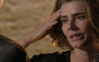 Stela desiste de ficar com rapaz - Stela beija rapaz, diz que está constrangida e sai correndo do motel.