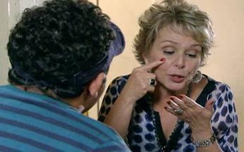 Passione - capítulo de sábado, dia 02/10/2010, na íntegra - Na quitinete de Berilo, Clô se enfurece com um vizinho.