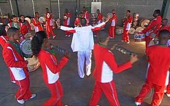 Grande Rio mostra lendas de Florianópolis - Na Cidade do Samba, o carnavalesco Caê Rodrigues trabalha nos desenhos do enredo da Grande Rio. Ele se baseou no trabalho de Franklin Cascais, que preservou as lendas da ilha.