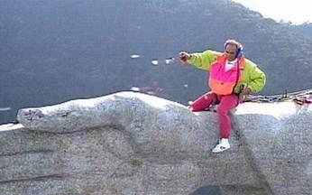 Emoção: relembre a escalada de Renato Aragão ao Cristo Redentor na matéria de Glória Maria - Em 1991, humorista escalou o monumento mais famoso do Brasil e jogou pétalas de rosas para agradecer tudo o que havia conquistado em sua vida.