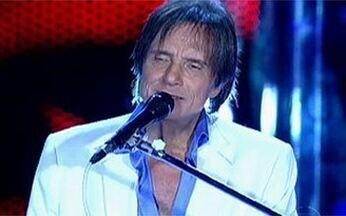 Roberto Carlos canta `Lady Laura` - Emocionado, o cantor interpreta a música que compôs em homenagem à sua mãe.