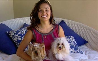 É o Bicho: Isis Valverde mostra seus cachorrinhos de estimação - Atriz apresenta as cadelinhas Vitória e Honey.