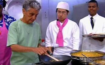 Irmão de Bethânia é um dos cozinheiros do dia - Rodrigo veloso prepara uma frigideira de maturi. Moqueca de camarão e farofa de dendê também fazem parte do cardápio
