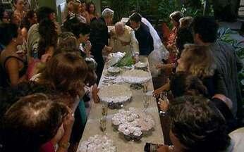 Morde e Assopra - Capítulo de terça-feira, 22/03/2011, na íntegra - Enfim, Marcos e Natália trocam alianças. Ícaro volta ao Brasil. Júlia invade a fazenda de Abner e cai em armadilha