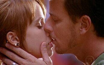 Mel e Xande se acertam - O casal se senta em uma praça e se beija. Mesmo relutante em continuar o namoro com Mel, Xande se declara para a amada: 'eu amo você'