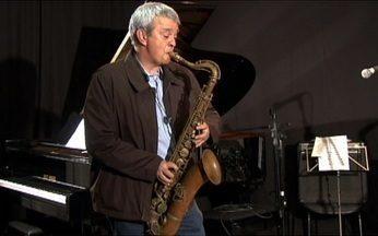 Alberto Gaspar tenta tocar saxofone durante gravações - Para firlma o Globo Repórter sobre a vida após os 50 anos, Alberto Gaspar tentou tocar saxofone, aprender a cozinhar e ainda se imaginou como treinador de um time da futebol, mas não deu muito certo.