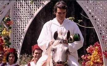 Saíd faz cerimônia para celebrar filho homem - Saíd anda a cavalo com o filho no colo em uma cerimônia para mostrar o orgulho de ter tido um filho homem.