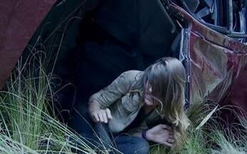 Cena 26/08 - Raquel consegue sair do carro - Rique impede que Catarina siga a irmã e a mantém no veículo, que ameaça explodir a qualquer momento
