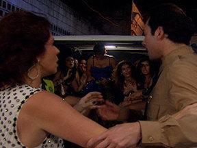 Aquele Beijo - capítulo de sexta-feira, dia 21/10/2011, na íntegra - Claudia é presa na Colômbia