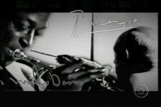 Pablo Picasso e Miles Davis tinham muitas semelhanças artísticas - Assim como Pablo Picasso teve a sua fase azul na pintura, Miles Davis revolucionou o jazz com seu álbum A Kind of Blue. Os dois encontraram maneiras revolucionárias de expressar o mundo moderno, com novas relações com as formas, as cores e os sons.