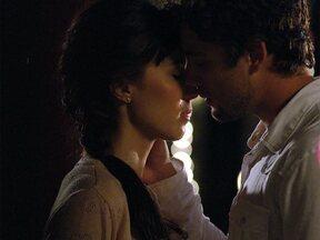 Cena 15/11 - Rodrigo e Manuela se beijam - Depois de muito refutar o amor, o casal não resiste e se entrega à paixão. Iná chega com Júlia e os três decidem fazer um passeio