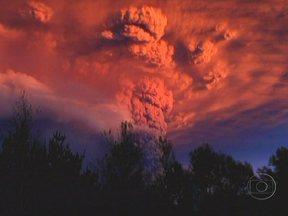 Vulcão chileno, terremotos, tornados e chuvas assustaram países - Na índia, o rio subiu rápido. Na Serra Mineira, a fúria das chamas descontroladas assustou a população. Raios cortaram a coluna de fumaça no despertar do chileno Puyehue. Os brasileiros sofreram com as chuvas.