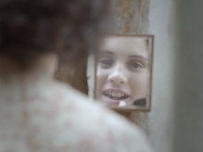 Nos fundos de casa, Dercy se maquia no estilo Theda Bara - Descontrolado, o pai insulta a filha, acerta-lhe uma bofetada, arremessando-a no chão. De cara limpa, na rua, ela recomeça a se maquiar