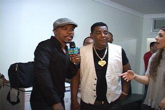 Alexandre Pires imita vocalista do Raça Negra nos bastidores de DVD - Luiz Carlos e bailarinas do Faustão se divertem com performance do cantor no camarim da gravação do DVD do Raça Negra.