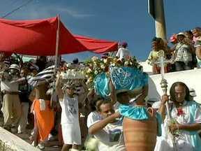 Festas religiosas reúnem milhares de brasileiros no Sul e no Nordeste - Em Porto Alegre, a imagem da Nossa Senhora de Navegantes foi recebida com palmas e fogos de artifício. Nas águas do Guaíba, 150 barcos também participaram. Em Salvador, as homenagens foram para Iemanjá, a mãe dos orixás.