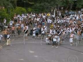 Torcedores de Palmeiras e Corinthians se enfrentam em São Paulo - Quatro ônibus com palmeirenses foram atacados com pedras quando passavam pela sede do bloco de carnaval de uma torcida corintiana. Ao todo, 14 torcedores foram levados para a delegacia, mas já estão em liberdade.