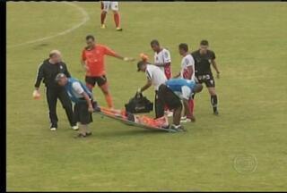 Mais do que os jogadores, maqueiros, muitas vezes, roubam a cena no futebol - Responsáveis por tirarem do gramado os jogadores, os maqueiros propocionam cenas, no mínimo, engraçadas.