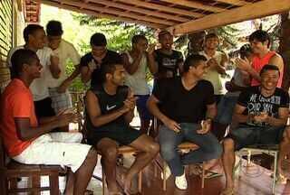 Jogadores do MS Saad são entrosados também na música - O Globo Esporte MS visitou o alojamento do MS Saad e descobriu o entrosamento musical dos atletas durante a folga.