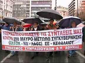 Grécia é novamente rebaixada pela agência de classificação de risco Fitch - Para a agência de classificação de risco, o calote grego é provável no curto prazo. Milhares de aposentados protestaram contra medidas já aprovadas, como a redução das aposentadorias.