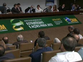 Prefeitos protestam contra novo piso salarial dos professores - Prefeitos de todo o país foram a Brasília foram ao Congresso pressionar pela aprovação de uma lei que mude o reajuste do piso salarial dos professores. O MEC afirma que tem aumentado os repasses para estados e municípios.