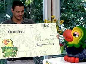 Louro recebe mesada extra no dia de seu aniversário - O pássaro tem como pagamento R$ 30 em cheque