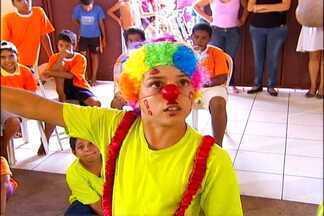Crianças estudam a arte circense em Guzolândia - Um grupo de crianças de Guzolândia aprende e se diverte em umaescola de circo na cidade