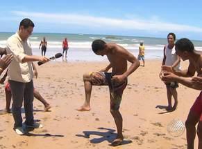 Em pleno 'baba' na praia, torcedores palpitam sobre a 14ª rodada do Baianão - Comentarista Darino Sena invadiu o jogo para saber a opinião da galera.