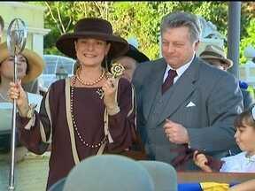 Vivaldo dá a chave da cidade a Jezebel - Depois de fazer um discurso inflamado, o prefeito enaltece a fábrica de chocolates e agradece a Jezebel pelas contribuições ao progresso de Ventura