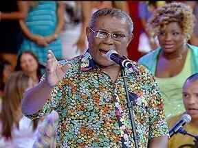 """Wilson Moreira canta """"Senhora Liberdade"""" - Cantor anima a platéia com a música """"Senhora Liberdade"""""""
