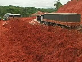 Rodovia Transamazônica, no Pará, está coberta de lama - Ninguém passa no trecho entre Altamira e a região das obras da usina hidrelétrica de Belo Monte. A maioria dos caminhoneiros parou, para evitar o atoleiro. Em média, um percurso de dez quilômetros acaba sendo feito em quatro dias.
