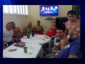 Presidiários publicam na Internet fotos de festa dentro de cadeia em Manaus - Nas fotos, os presidiários aparecem bebendo cerveja e comendo churrasco. A maioria cumpre pena por tráfico de drogas. Eles foram todos transferidos para outra prisão e vão ficar 30 dias em isolamento. O diretor do presídio foi exonerado.