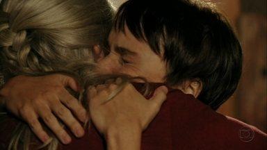 Cap 04/04 - Cena: Nina vai à casa de Lucinda - No reencontro, as duas se abraçam emocionadas