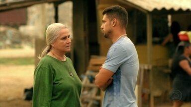 Lucinda tenta convencer Jorginho a viajar com Débora - O jogador conta que Tufão tentou convencê-lo a voltar para casa depois que contrataram Nina, e Lucinda fica tensa