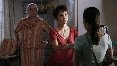 Lucinda compara Nina a Carminha - A chef diz para Betânia ficar com o dinheiro de Carminha e sugere abrir uma poupança para as crianças do lixão com o dinheiro que conseguirem tirar da megera. Lucinda teme que Nina fique igual a Carminha