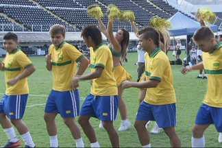"""Neymar grava clipe da música """"Tchu, tcha, tcha"""" na Vila Belmiro com seus amigos - Música tornou-se hit pelo país depois que o camisa 11 do Santos comemorou gol contra o Palmeiras, o centésimo de sua carreira, fazendo a coreografia do sucesso."""