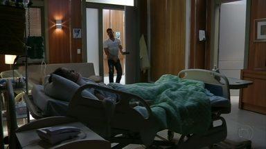 Jorginho deixa Débora no hospital - O jogador pensa em Nina e sai. Débora procura o noivo ao acordar