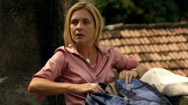 Carminha faz exigências aos bandidos - De longe, Nina observa a movimentação no cativeiro da megera. Serjão repreende Carminha por estar na varanda da casa e ela exige que o bandido compre um ventilador