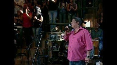 Zeca Pagodinho se apresenta no Altas Horas - Sambista agira a plateia ao cantar sucesso 'Verdade'