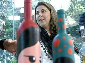 Liana Brauer ensina a fazer garrafinhas decorativas - Ana Maria Braga mostra como fazer garrafinhas decorativas para a sua casa.