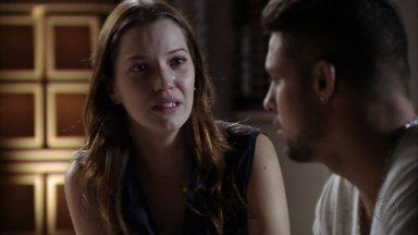 Débora e Jorginho rompem noivado - Evasivo, o jogador não responde às perguntas da acrobata, que sai batendo a porta do apartamento