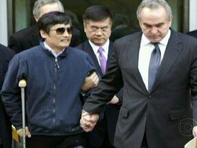 Autoridades chinesas devem deixar dissidente estudar nos EUA - A secretária de Estado americana Hillary Clinton disse que está animada com o comunicado oficial do governo chinês de que Chen Guangcheng pode estudar no exterior. Vistos também seriam concedido à mulher e aos filhos.