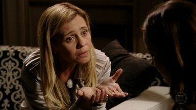 Carminha sonda Débora sobre Rita - A acrobata só responde que Jorginho foi dispensado pelanamorada misteriosa, sem revelar o segredo de Nina. Carminha convence Débora a passar a noite no Divino