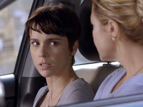 Nina tenta acalmar a situação entre Carminha e Betânia - A vilã se convence de que aquela que pensa ser Rita não é capaz de lhe oferecer perigo