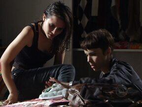 Nina cuida de Betânia - Valdo chega e fica chocado ao ver o estado da namorada. Lucinda fica furiosa ao descobrir que Nilo dedurou Nina para carminha