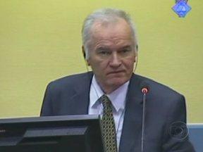"""Tribunal de Haia julga ex-general acusado de genocídio na guerra da Bósnia - O ex-general Ratko Mladic é conhecido como o """"açougueiro dos Bálcãs"""". Ele é acusado de chefiar o cerco a Sarajevo, em que dez mil civis morreram. O massacre de oito mil pessoas foi o maior na Europa, desde a Segunda Guerra Mundial."""