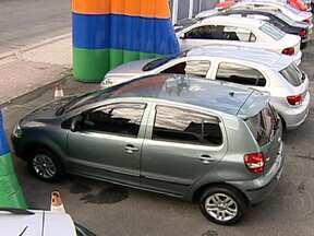 Estoques de veículos crescem no Brasil e revendores fazem promoções para conseguir cliente - As vendas de carros zero Km voltaram a crescer em maio. No entanto, o número de veículos nos estoques ainda é muito alto. Os vendedores de veículos vêm tentando conseguir compradores com peças em promoção e ofertas.